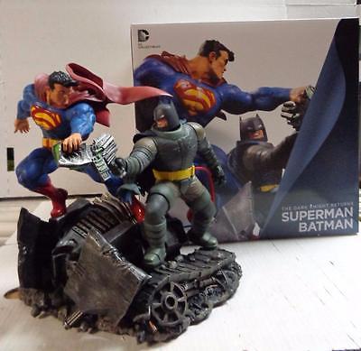 Estátua Batman The Dark Knight Returns Superman vs. Batman 28 cm