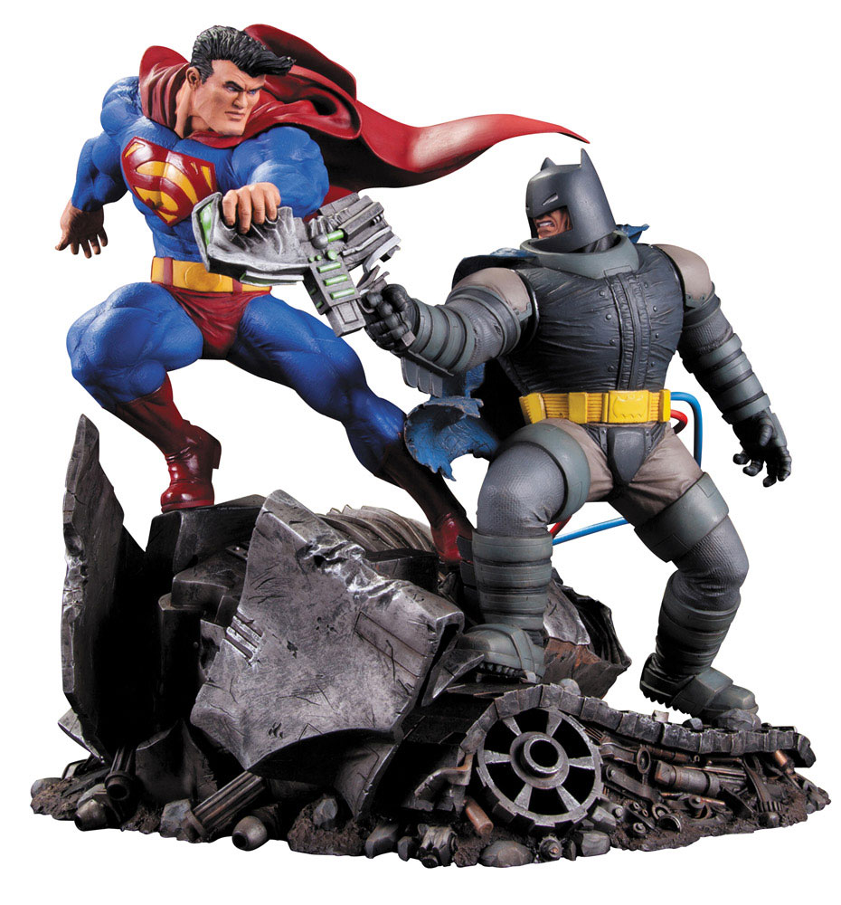 Estátua Batman The Dark Knight Returns Superman vs. Batman 28 cm